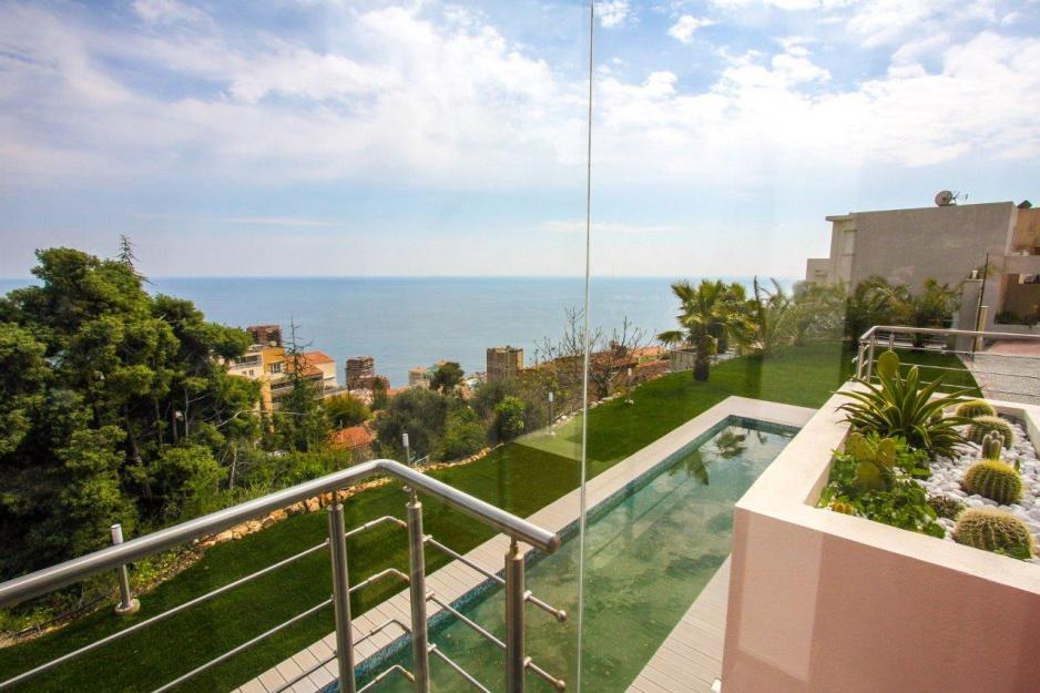 View of villa pool and the mediterranean sea in Beausoleil