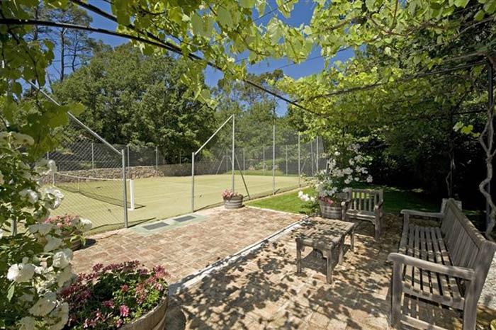 Wine estate in Provence - tennis court